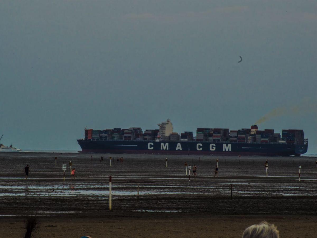 blick-auf-containerschiffe